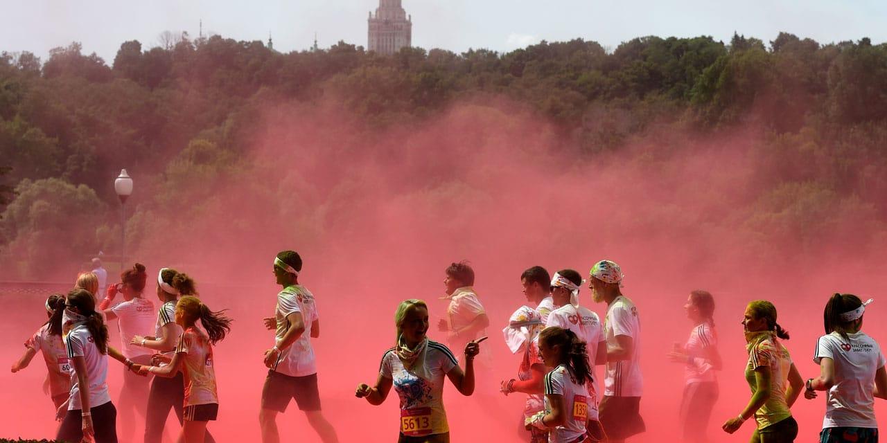Les coureurs à une course colorée