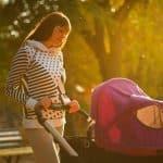 Une mère avec sa poussette trio