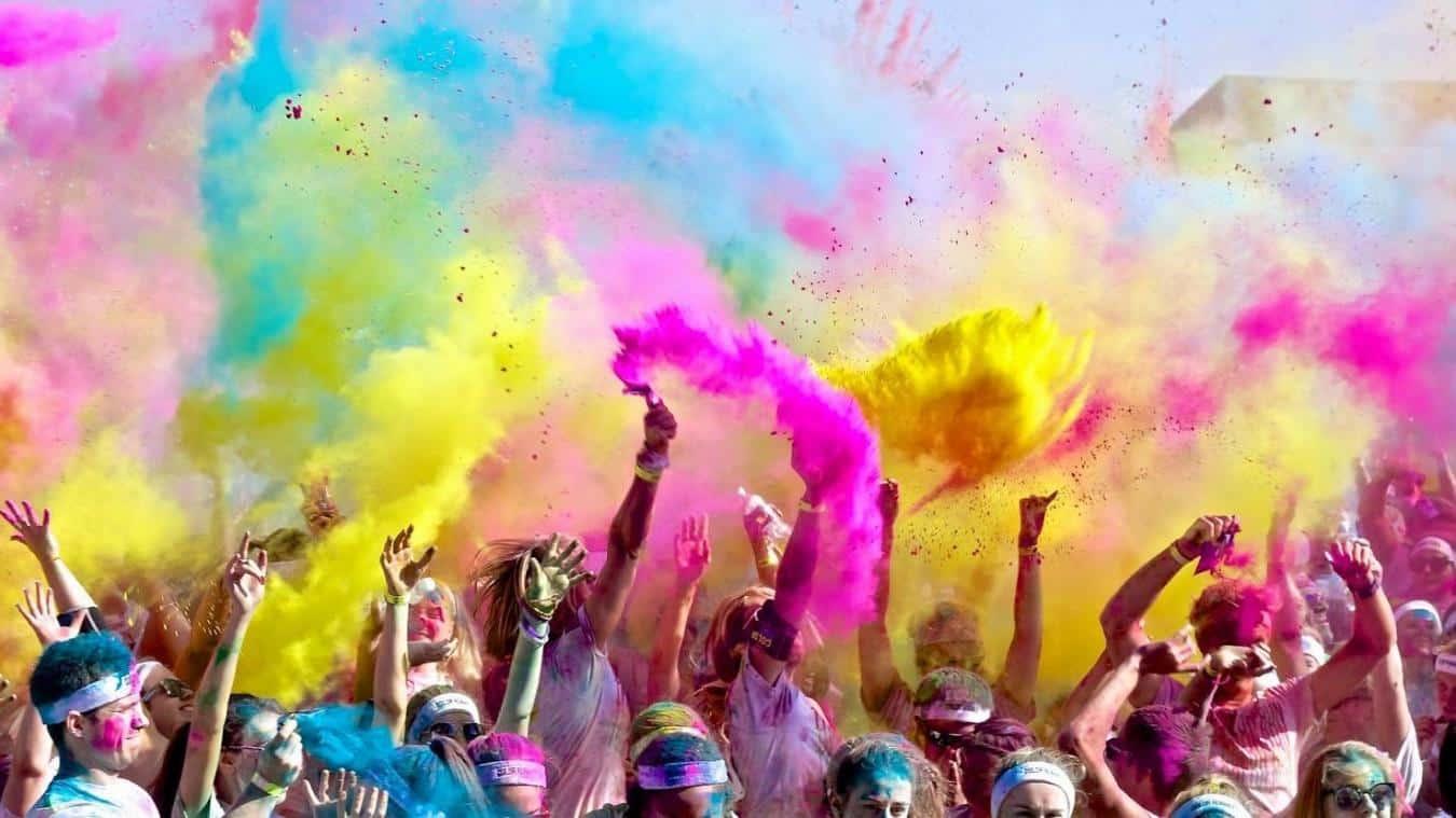 Les participants à une course colorée