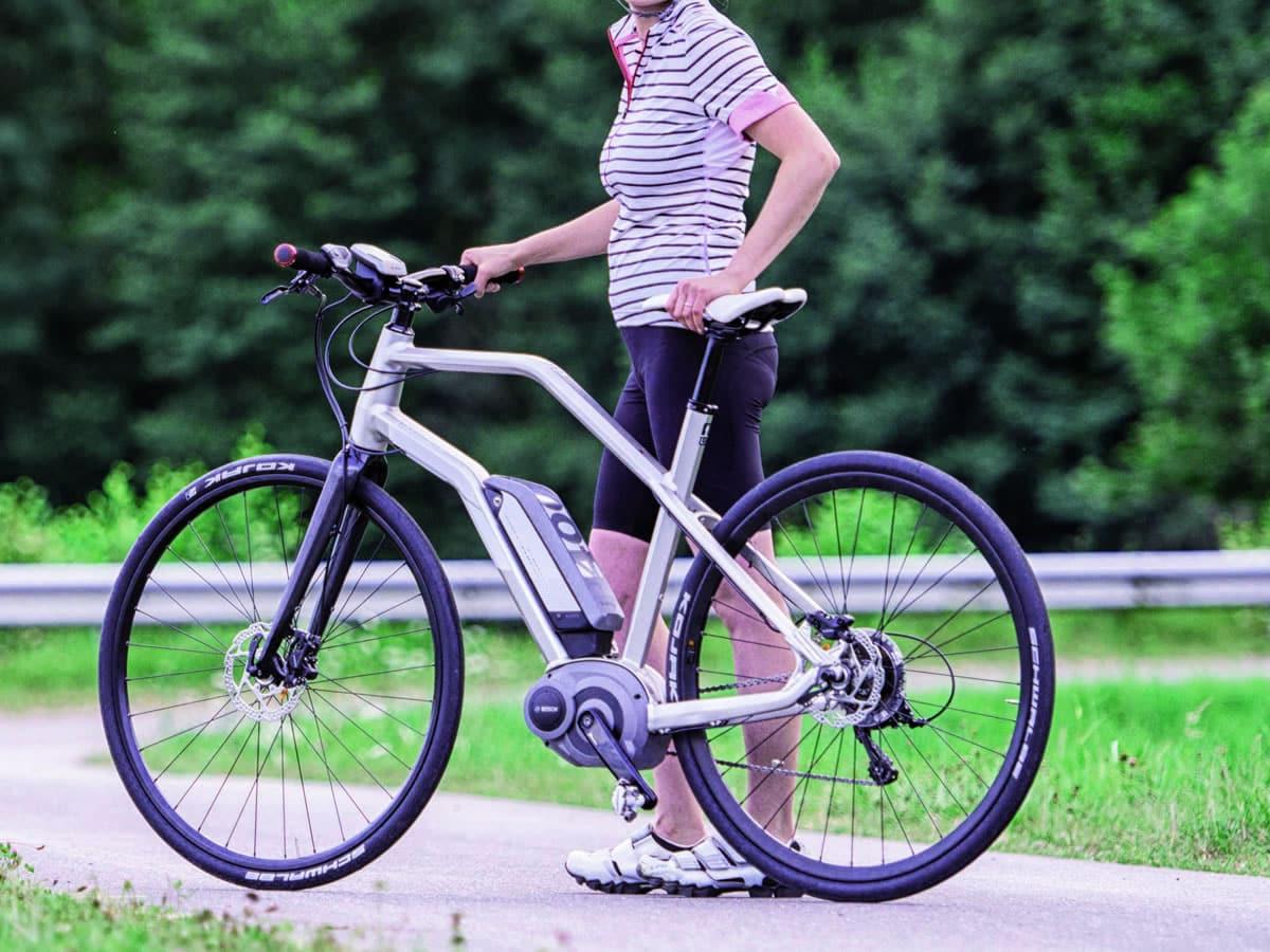 Une sportive avec son vélo électrique