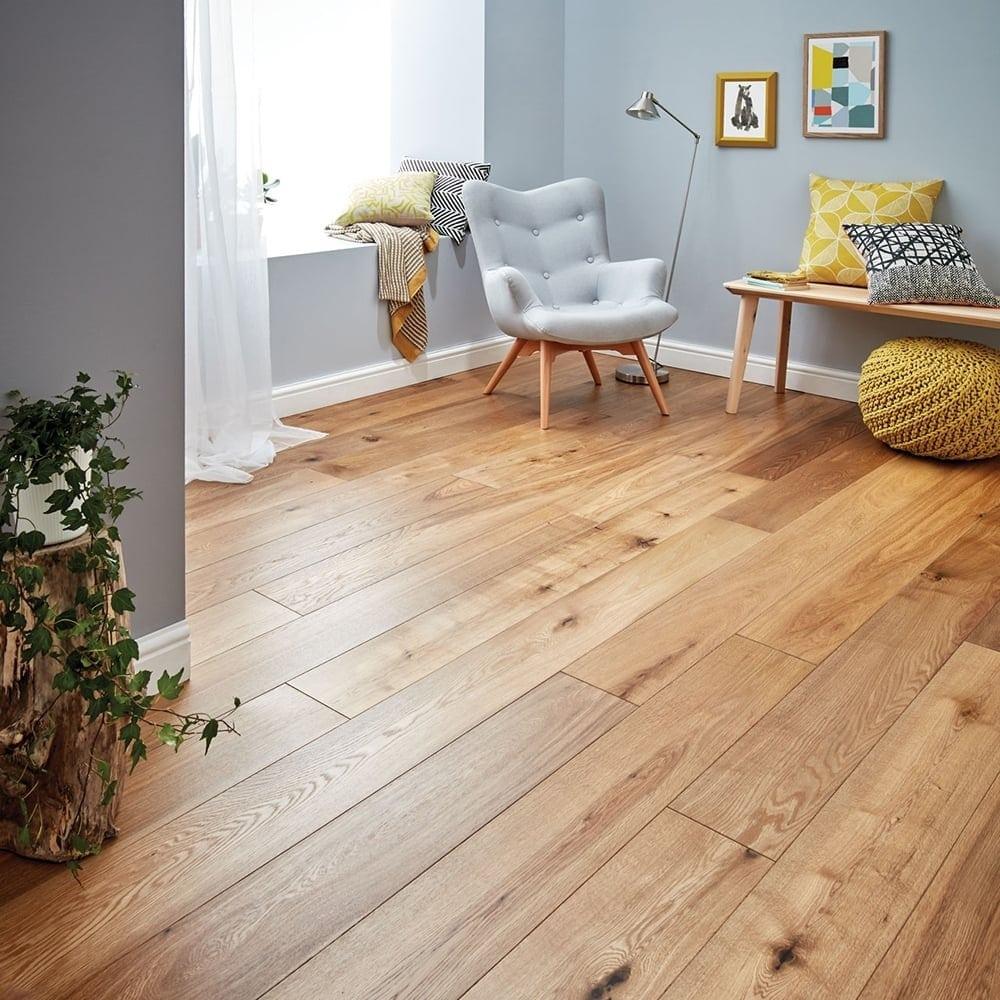 Une pièce avec un revêtement de parquets en bois