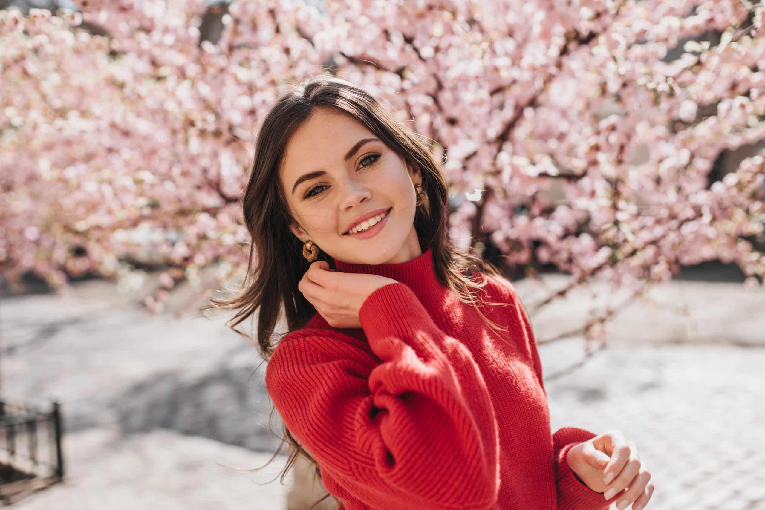 Portrait d'une femme avec un pull rouge