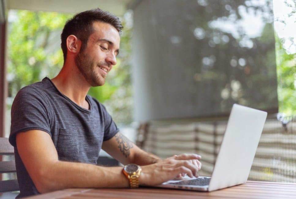 Un homme sur PC portable