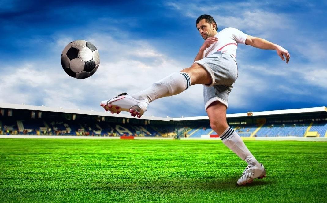 Un footballeur tire dans un ballon