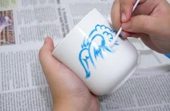 Comment faire tenir de la peinture acrylique sur une tasse?