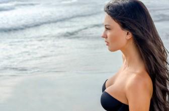 Être stylée à la plage avec le maillot de bain bandeau